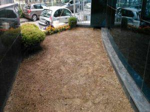 Озеленяване на зелени площи пред офис сграда [1]